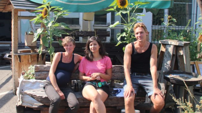 Frauke, Roberta und Patrick (v.l.) vor der so genannten HolzOMA, ein(e) Café/Begegnungsstätte/Werkstatt in Berlin-Friedrichshain. Foto: Franziska Bauer